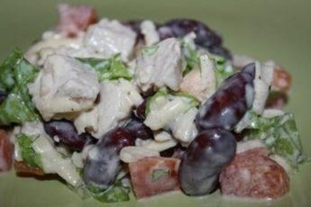 Питательный, сытный и полезный салат с курицей и фасолью